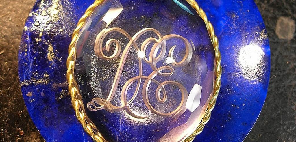 Enlace Iniciales, Grabado en Gema Cuarzo Cristal de Roca montado en oro de ley.