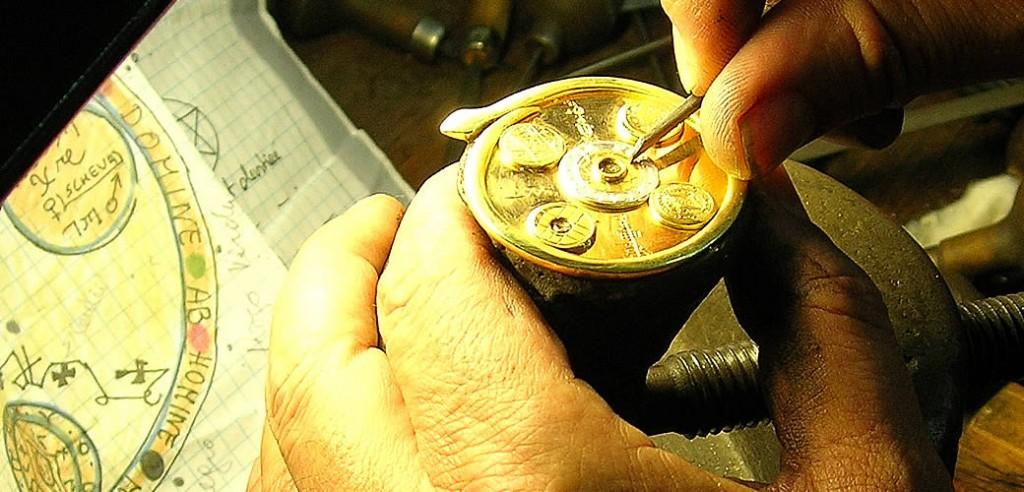 En proceso: Grabado a buril amuleto en oro y piedras preciosas según diseño.