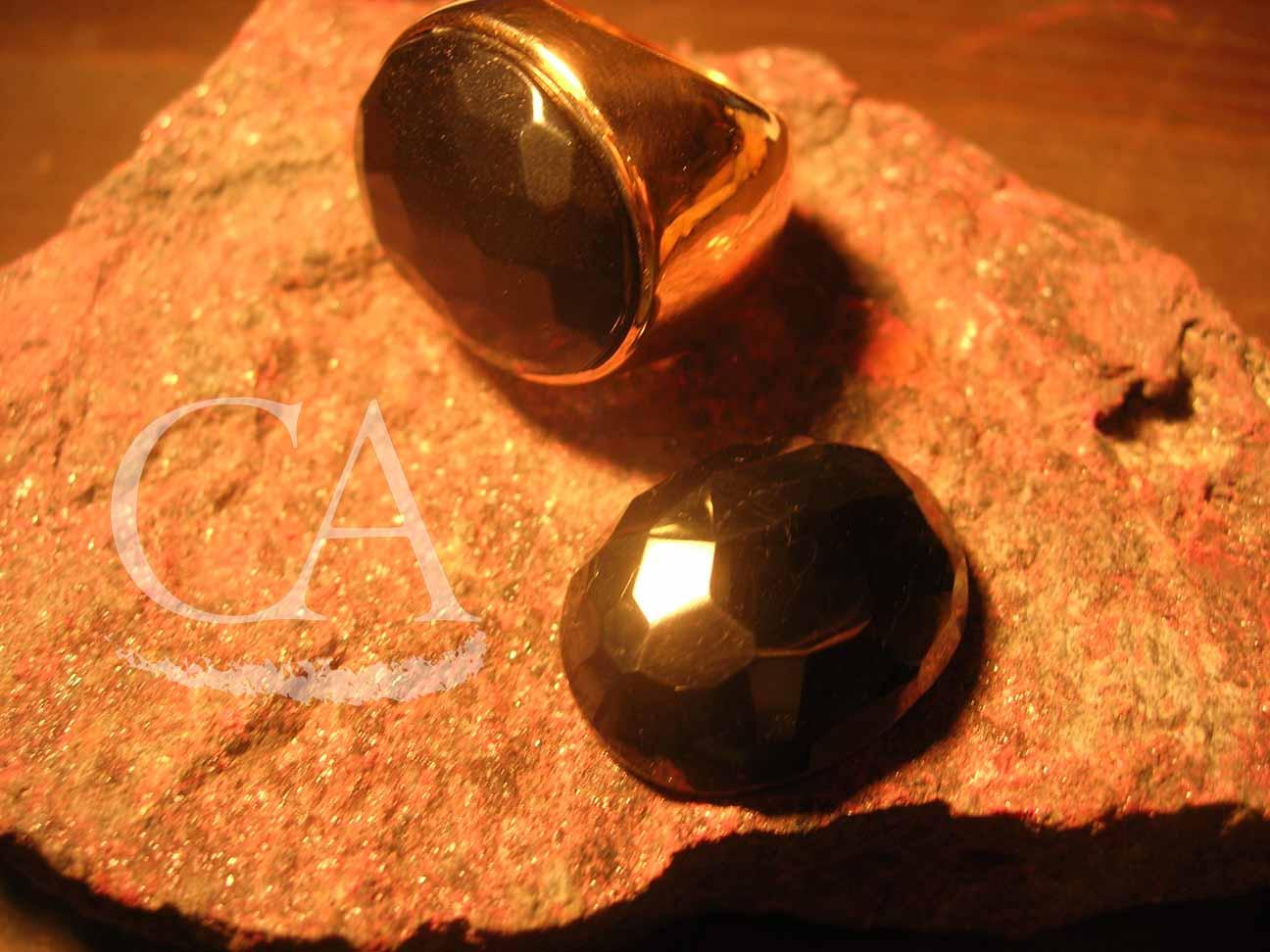 anillo-oro-con-cabujon-azabache-facetado.jpg