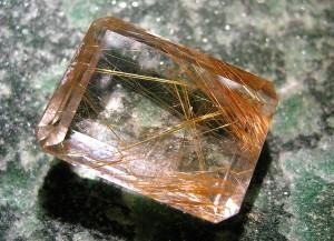 Cuarzo cristal de Roca con inclusiones de Rutilo Dorado.